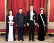 2018年11月28日晚上,國家主席習近平(左二)與夫人彭麗媛(左)、西班牙國王費利佩六世(左三)與王后萊蒂西亞出席晚宴。(新華社)
