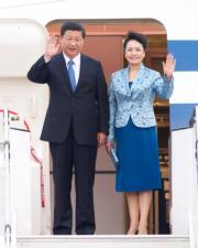 2013年10月,習近平(左)與夫人彭麗媛(右)抵達馬來西亞進行國事訪問。(新華社資料圖片)