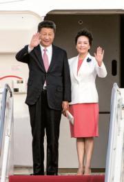2015年9月,習近平(左)與夫人彭麗媛(右)抵達華盛頓,對美國進行國事訪問。(新華社資料圖片)