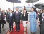 2014年8月,習近平(前左二)與夫人彭麗媛(前左三)抵達蒙古首都烏蘭巴托,對蒙古國事訪問。(新華社資料圖片)
