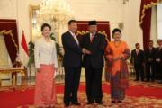 2013年10月,習近平(左二)與夫人彭麗媛(左)對印尼國事訪問,與時任印尼總統蘇西洛(左三)及夫人會面。(中新社資料圖片)