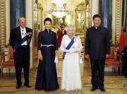 2015年10月,習近平(右)與夫人彭麗媛(左二)在英國倫敦白金漢宮,出席英女王伊利沙伯二世(左三)舉行的歡迎晚宴。左為英國菲臘親王。(新華社資料圖片)