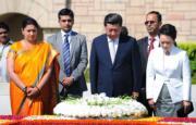 2014年9月,習近平(前右二)與夫人彭麗媛(前右)在印度新德里甘地墓獻花圈時默哀致敬。(法新社資料圖片)