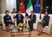 2016年11月,習近平(左二)與夫人彭麗媛(左)訪問南美時,中途停留意大利撒丁島,會見意大利時任總理倫齊(右二)及夫人(右)。(新華社資料圖片)