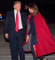 2018年2月2日,美國總統特朗普(左)佩戴紅色領呔,夫人梅拉尼婭(右)剛穿上同色大褸。(法新社資料圖片)
