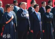 2017年11月6日,美國總統特朗普(前排左二)與夫人梅拉尼婭(前排左一)、日本首相安倍晉三(前排左三)及夫人安倍昭惠(前排右一)。安倍晉三夫婦一同作深色服飾打扮。(法新社資料圖片)