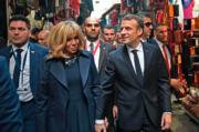 2018年2月1日,法國總統馬克龍(前右)與夫人布麗吉特(前左)到訪突尼斯。(法新社資料圖片)