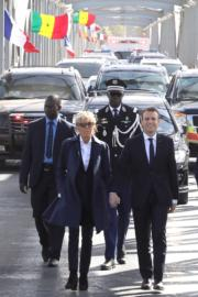 2018年2月3日,法國總統馬克龍(前右)與夫人布麗吉特(前左)到訪法國前殖民地、西非國家塞內加爾時,一同穿上深色褲裝。(法新社資料圖片)