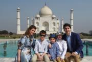2018年2月18日,加拿大總理杜魯多(右)與妻子索菲(Sophie Gregoire Trudeau,左)及子女在印度泰姬陵前合照。杜魯多夫婦一同穿上粉藍色調服飾。(法新社)