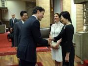 2016年5月,加拿大總理杜魯多(前左 )帶同妻子索菲(Sophie Gregoire Trudeau,後右)到訪日本,與首相安倍晉三(後左)及夫人安倍昭惠(前右)見面。(杜魯多facebook圖片)
