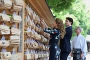 2016年5月,加拿大總理杜魯多(右)帶同妻子索菲(Sophie Gregoire Trudeau,左)到訪日本東京。(杜魯多facebook圖片)