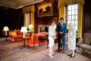 2017年7月,加拿大總理杜魯多(中)與妻子索菲(Sophie Gregoire Trudeau,左)與英女王伊利沙伯二世在在愛丁堡會面。(杜魯多facebook圖片)