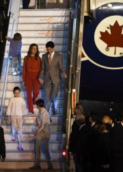 2018年2月,加拿大總理杜魯多(後右)偕妻子、3名子女到訪印度。(法新社)