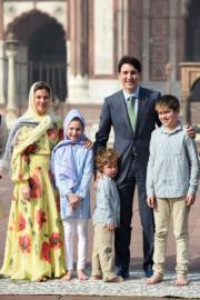 2018年2月,加拿大總理杜魯多(右二)帶同妻子索菲(Sophie Gregoire Trudeau,左一)及3名子女到訪印度。(法新社)