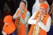 2018年2月21日,加拿大總理杜魯多(右)與妻子索菲(中)到訪印度北部城市阿姆利則(Amritsar)的Sikh Shrine Golden temple。(法新社)