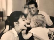 【Audrey Hepburn相展】1961年,柯德莉夏萍(左)與兒子Sean(右)玩耍。(何芍盈攝)