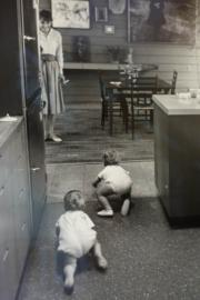 【Audrey Hepburn相展】1961年,柯德莉夏萍看着兒子Sean(前)與攝影師Bob Willoughby的兒子Christopher(後)在地上爬行。(何芍盈攝)