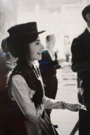 【Audrey Hepburn相展】1963年,柯德莉夏萍拍攝電影《窈窕淑女》,趁着小休時間吸一口煙,展露放鬆的表情。(何芍盈攝)