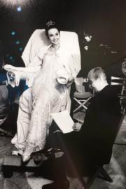 【Audrey Hepburn相展】記者(右)採訪柯德莉夏萍。(何芍盈攝)