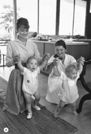 【Audrey Hepburn相展】1961年,柯德莉夏萍(左)與攝影師Bob的妻子(右)各自扶着兒子學步,盡顯母愛。(Bob Willoughby攝/圖片由F11 Foto Museum提供)