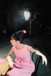 【Audrey Hepburn相展】1962年,柯德莉夏萍在電影《巴黎假期》(Paris When It Sizzles),穿着Givenchy設計的粉紅色裙子,戴上相襯的緞帶和白手套,高貴優雅。(Bob Willoughby攝/圖片由F11 Foto Museum提供)