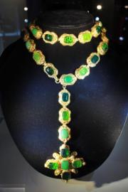 【保利香港春季拍賣會@灣仔君悅酒店】Chanel 1970年代鍍金綠色Gripoix琉璃十字架吊墜項鏈,估價約6萬至12萬元。(劉卓嵐攝)