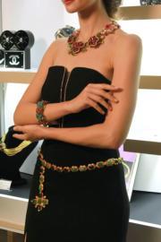 【保利香港春季拍賣會@灣仔君悅酒店】Chanel 1970年代鍍金綠色Gripoix琉璃十字架吊墜項鏈,可當腰帶佩戴,估價約6萬至12萬元。(劉卓嵐攝)