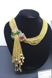 【保利香港春季拍賣會@灣仔君悅酒店】Chanel 1984鍍金鑲嵌Gripoix琉璃流蘇項鏈,可做腰帶配戴,估價約3.5萬至7萬元。(劉卓嵐攝)