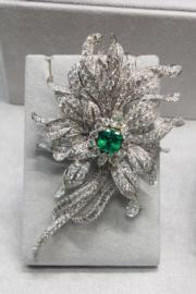 【保利香港春季拍賣會@灣仔君悅酒店】David Webb設計4.22卡祖母綠配鑽石胸針,估價約55萬至68萬元。(劉卓嵐攝)