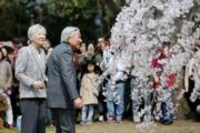 日本正值賞櫻季節,即將退位的日皇明仁(右)與皇后美智子(左)於3月27日到京都御苑賞櫻花。(法新社)