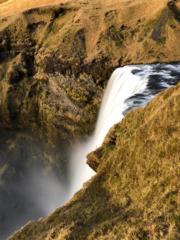 【iPhone拍攝Long Exposure長時間曝光相片】2018年11月,冰島斯克加瀑布(Skogafoss),好天氣時有機會遇上彩虹 。(黃廷希攝)