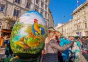 【復活節x復活蛋】奧地利維也納設有傳統復活節市場,遊客在巨型彩蛋前合照。(新華社,攝於2019年4月15日)