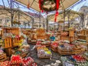 【復活節x復活蛋】奧地利維也納設有傳統復活節市場,現場展示復活節彩蛋,亦有舞台表演。(新華社,攝於2019年4月15日)