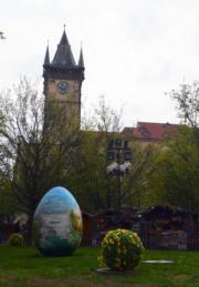 【復活節x復活蛋】捷克布拉格傳統復活節市集佈置了巨型彩蛋。(法新社,攝於2017年)