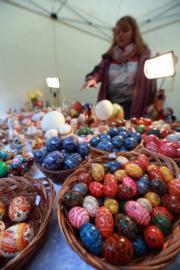 【復活節x復活蛋】德國威斯巴登復活節市場上出售裝飾彩蛋。(新華社,攝於2017年)
