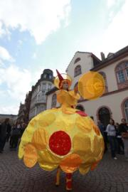 【復活節x復活蛋】德國的威斯巴登復活節市場。圖為一名女子在復活節市場上表演。(新華社,攝於2017年)