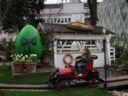 【復活節x復活蛋】丹麥哥本哈根Tivoli Gardens掛滿復活蛋裝飾。圖為小女孩在花園內遊玩。(新華社,攝於2017年)