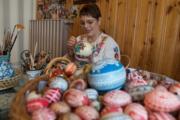 【復活節x復活蛋】匈牙利民間手工藝家製作彩蛋。(新華社,攝於2017年)