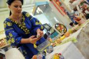 【復活節x復活蛋】新加坡集郵館展出148件列支敦士登國家博物館的復活節彩蛋作品。圖為一名女子示範製作復活節彩蛋。(新華社,攝於2017年)