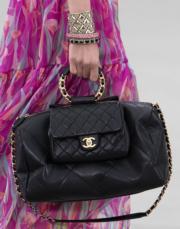 Chanel Cruise 2019/20系列手袋以clean lines為主,部分袋款採用品牌標誌性的菱格紋設計。(法新社)