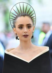 【Met Gala 2018】莉莉哥連斯(Lily Collins)的型格暗黑風飾物。(法新社)