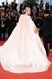 裙襬超長。