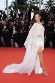 Alessandra Ambrosio穿著白色Ralph & Russo,大騷長腿。
