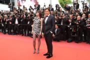 她就是《失落伊甸園》女星夏綠蒂甘斯堡(左),穿著Saint Laurent迷你裙,跟查維爾巴頓(右)一起主持開幕禮。