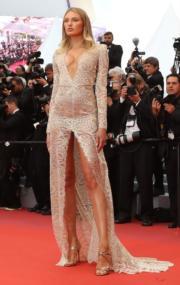 荷蘭超模Romee Strijd穿著的Etro晚裝,把她無限長腿的優點表露無遺。