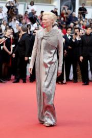 狄達絲雲頓穿著Haider Ackermann的設計到場。