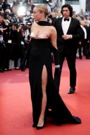 嘉兒施維尼穿著黑色Mugler,露肩高衩。