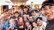 周潤發64歲生日 拉隊行山食壽包