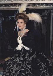 【Grace Kelly展覽@澳門銀河】1968年3月13日,嘉麗絲姬莉穿上Irene Gilbert的黑色長裙出席化裝舞會。圖片由主辦單位提供。(Georges Lukomski/Archives of the Prince's Palace of Monaco)