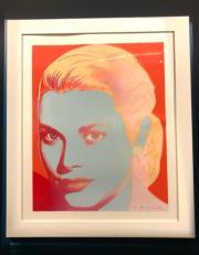 【Grace Kelly展覽@澳門銀河】嘉麗絲姬莉在1982年逝世,美國普普藝術大師安迪華荷(Andy Warhol)在1984年完成嘉麗絲姬莉的肖像畫試版,顏色與完成品不同。圖中展品為摩納哥王宮阿爾貝二世親王藏品,首次離開王宮公開展出。圖片由何芍盈拍攝。(安迪華荷視覺藝術基金會/美國紐約藝術家權利協會)